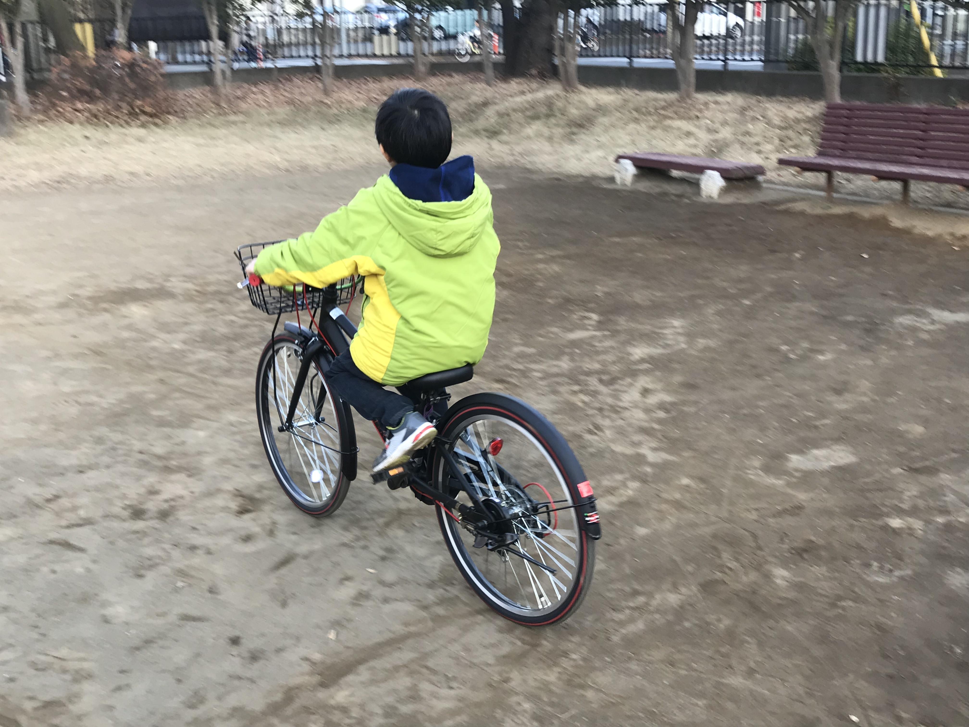 新しい自転車で練習する子ども