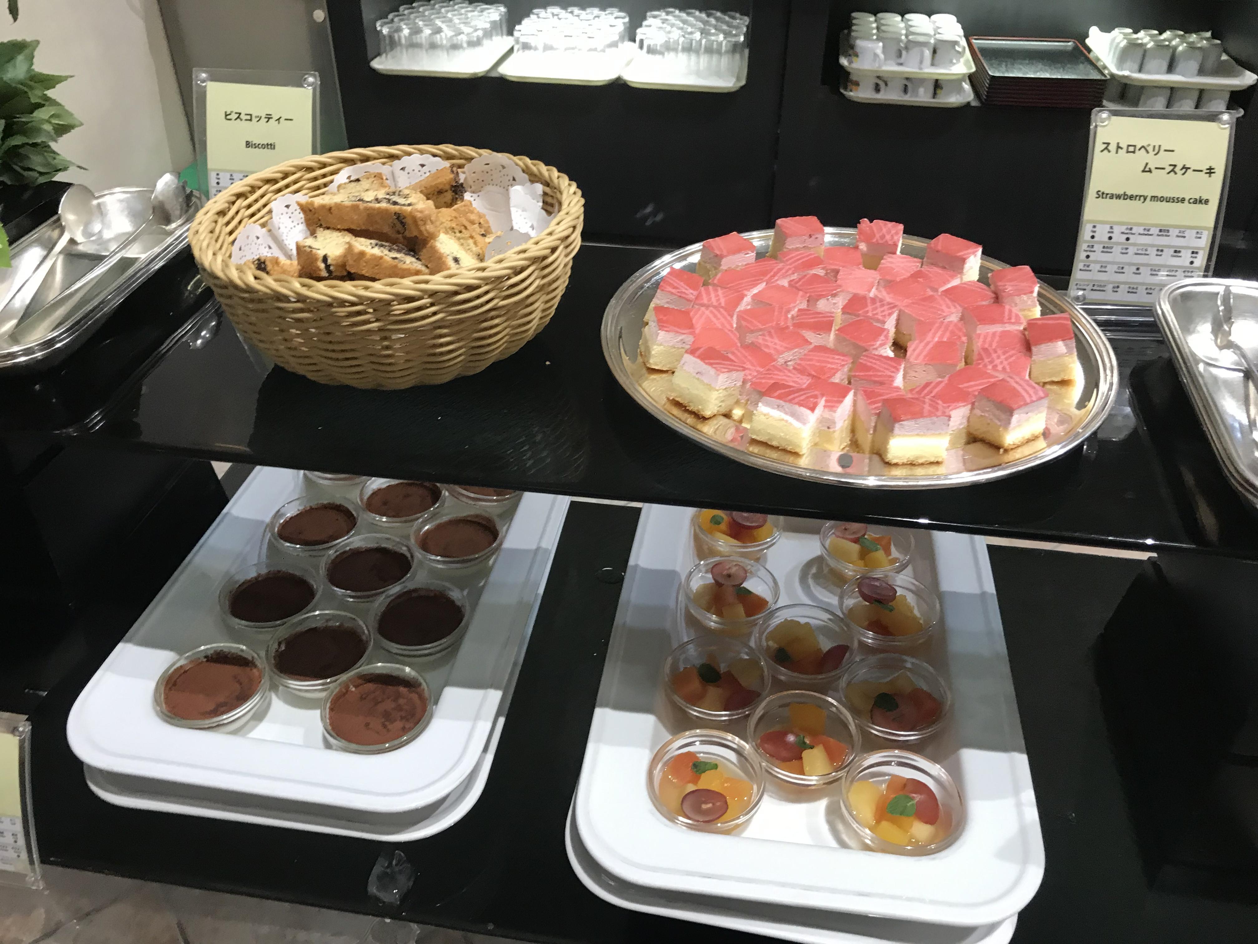 シーサイドホテル舞子ビラ神戸のバイキングにあるケーキ